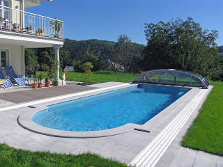 Zastřešení bazénu ELEGANT NEO™ odsunuté za bazén