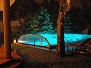 Noční pohled na osvětlené zastřešení bazénu ELEGANT