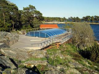 Zastřešení bazénu Elegant NEO s modrým komůrkovým polykarbonátem