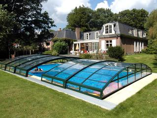 Pootevřené posuvné zastřešení bazénu IMPERIA NEO™ v zelené barvě