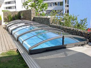Zastřešení bazénu IMPERIA NEO™ light s využitím průhledného polykarbonátu pro lepší vizuální kontakt