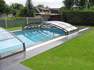 Venkovní zastřešení bazénu IMPERIA NEO™ light v populární antracitové barvě