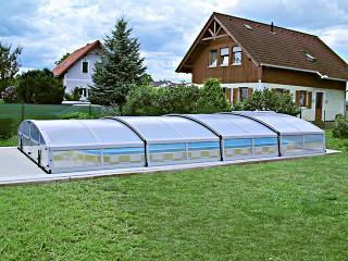 Boční pohled na bazénové zastřešení IMPERIA NEO™ light s využitím čirého polykarbonátu