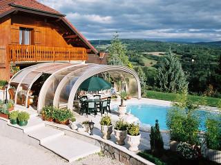 Velký vnitřní prostor lze využít nejen k plavání ale i k posezení a odpočinku