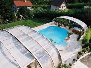 Složené zastřešení bazénu LAGUNA v okamžiku vytvoří příjemné relaxační prostředí