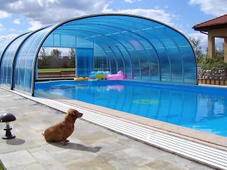 Bazénové zastřešení LAGUNA s využitím modrého polykarbonátu