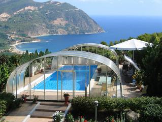 Zastřešení bazénu LAGUNA s výhledem na nedaleké pobřeží