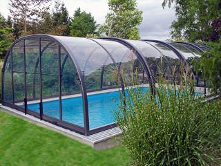 Velké zastřešení bazénu LAGUNA NEO™ pro neomezený pohyb po celém prostoru zařízení