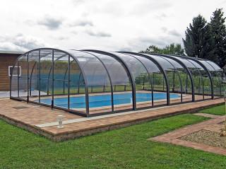Vysoké podchozí bazénové zastřešení LAGUNA od Alukov a.s., výrobce kvalitních krytů na bazén