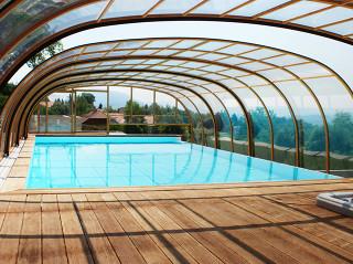 Zastřešení bazénu LAGUNA NEO™ s využitím čirých polykarbonátových desek