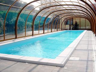 Imitace dřeva použitá na hliníkových profilech bazénového zastřešení LAGUNA