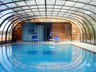 Velký vnitřní prostor bazénového zastřešení LAGUNA