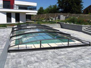 Zastřešení bazénu AZURE ANGLE kombinuje oblou střechu a šikmé stěny