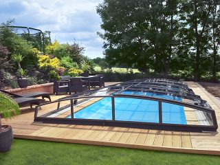 Nápaditá barevná kombinace bazénového zastřešení AZURE ANGLE, zahradního nábytku a světlých terasových prken