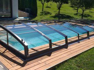 Kryt bazénu AZURE ANGLE v antracitové barvě a dřevěná terasová prkna tvoří designově výrazné spojení