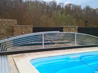 Zcela otevřené posuvné zastřešení bazénu, model AZURE ANGLE