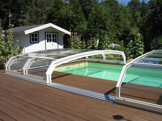 Bazénové zastřešení OCEANIC low zvyšuje kvalitu vody a snižuje množství použité chemie na její údržbu