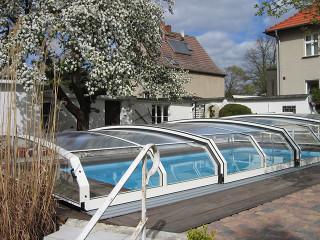 Bazénové zastřešení OCEANIC low v bílé barvě se skvěle hodí do Vaší zahrady