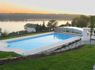 Zastřešení bazénu OCEANIC low zvyšuje pocit soukromí při využívání Vašeho bazénu