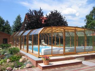 Elegantní vzhled bazénového zastřešení OCEANIC high s použitím imitace dřeva na hliníkových profilech