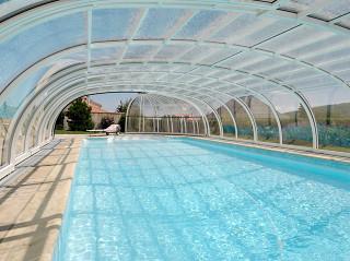 Bazénové zastřešení OLYMPIC™ se vyznačuje dokonalým designem oblých tvarů
