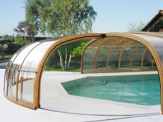 Hliníkové profily bazénového zastřešení OLYMPIC™ ve velmi atraktivní barevné variantě - dřevodekor
