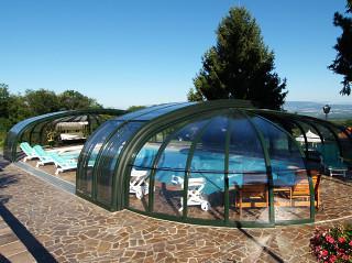 Zastřešení bazénu OLYMPIC™ ze dvou polokopulí a klasických segmentů