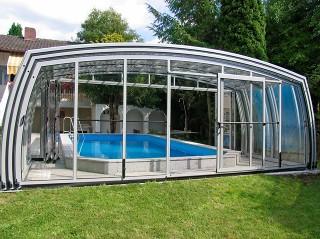 Stříbrné zastřešení bazénu OMEGA s posuvnými dveřmi