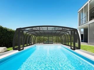 Harmonikové dveře u zastřešení bazénu OMEGA