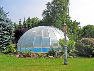 Zastřešení bazénu ORIENT zvyšuje kvalitu vody a snižuje množství použitých chemikálií na její údržbu