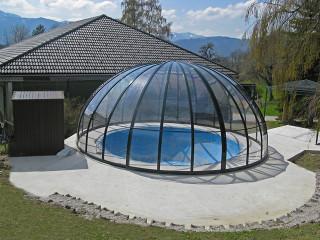 Kryt na bazén ORIENT dodává Alukov a.s. - výrobce kvalitních zastřešení bazénů