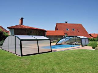 Kryt na bazén RAVENA dodává Alukov a.s. - výrobce kvalitních bazénových zastřešení