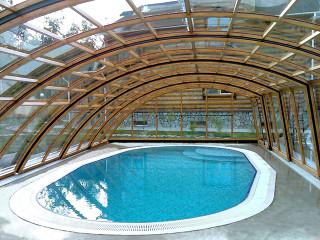 Pohled na vnitřní prostor bazénového zastřešení RAVENA od Alukov a.s.