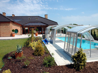 Bazén zastřešený krytem RAVENA se stane srdcem Vaší zahrady