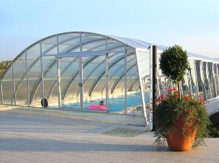 Kryt na bazén RAVENA umožňuje koupání i v nepříznivém počasí