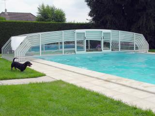 Posuvné zastřešení bazénu RIVIERA přesuvnými dveřmi v čelní stěně