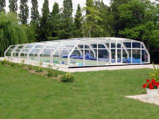 Nízké zastřešení bazénu RIVIERA skvěle zapadne do Vaší zahrady
