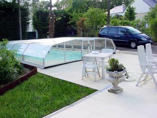 Elegantně vypadá zastřešení bazénu RIVIERA v bílé barvě