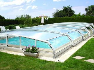 Bílá barva hliníkových profilů na bazénovém zastřešení RIVIERA
