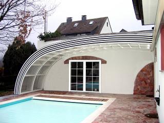 Zastřešení bazénu STYLE™ zabudováno do konstrukce domu