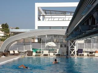 Dvojité zastřešení bazénu STYLE využívá středového nosníku