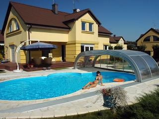 Stažené posuvné zastřešení bazénu TROPEA NEO™ od Alukov a.s.