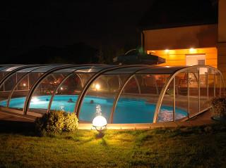 Příjemné večerní posezení u bazénového zastřešení TROPEA