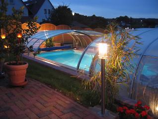 Večerní pohled na jedinečné zastřešení bazénu od Alukovu