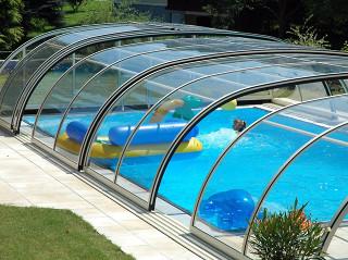 Koupání v bazénu i mimo hlavní sezónu, díky zastřešení bazénu TROPEA NEO™