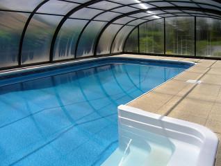 Částečně podchozí bazénové zastřešení TROPEA NEO™ v antracitové barvě