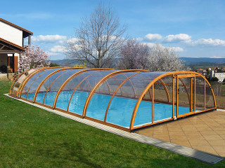Kaskádový vzhled bazénového zastřešení TROPEA NEO™ od Alukov a.s.