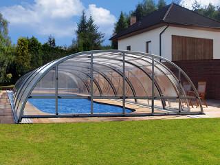 Hliníková konstrukce ve stříbrné barvě použitá u bazénového zastřešení TROPEA NEO™