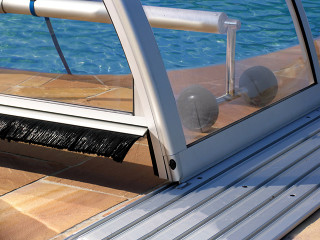 Výklopný kartáč v čele zastřešení bazénu TROPEA NEO™