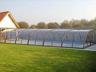 Zastřešení bazénu TROPEA NEO™ zvyšuje kvalitu vody a snižuje množství použitých chemikálií